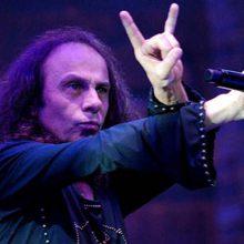 """Sabia sobre a origem das """"mãos chifradas"""" no rock com o """"próprio inventor"""": Ronnie James Dio"""