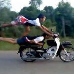 Insano: Dois Malucos, fazendo Manobras Radicais, em uma única Moto